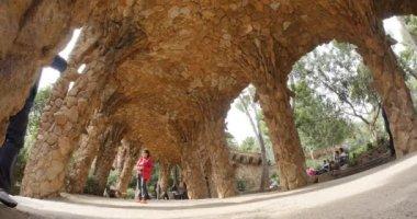 Tourists visiting Park Güell in Barcelona. — Stock Video