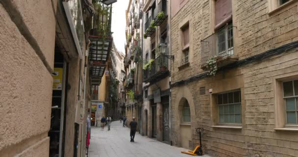 Narrow streets and sidewalks of Barcelona — Vídeo de stock