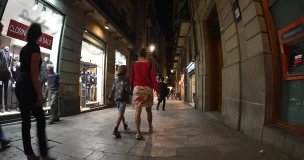 People walk the popular and crowded streets — Vídeo de stock