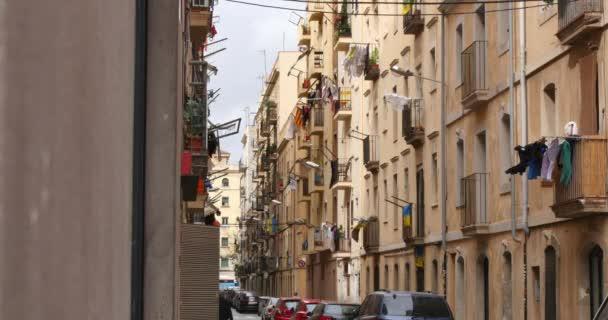 Narrow streets and sidewalks of Barcelona — Vídeo de stock