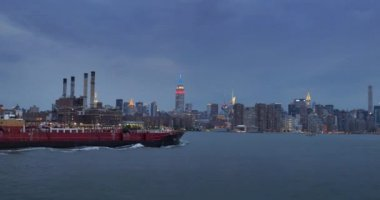 An evening establishing shot of the skyline of Manhattan as seen from the East River. — Stock Video