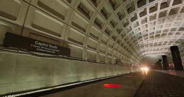 An establishing shot of the Metro arriving at the Capitol South subway station in Washington, D.C. — Stock Video