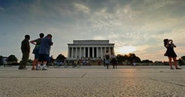 A fast-motion time lapse establishing shot of the Lincoln Memorial at dusk. — Stock Video