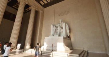 Интерьер, создание выстрел Мемориала Линкольна как туристов посмотреть статуя сидел Авраам Линкольн. — Стоковое видео