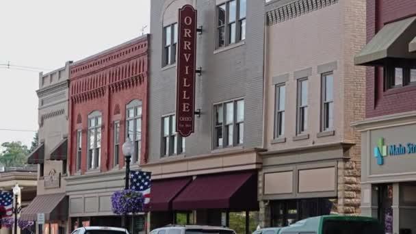 Un tiro del establecimiento de la calle principal de Orrville, Ohio, donde la compañía de the J.M. Smucker Company. — Vídeo de stock