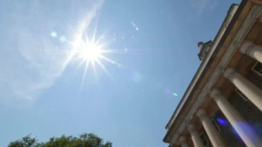 An establishing shot of Old Main on the Penn State Campus. — Stock Video