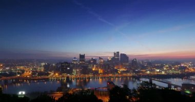 A dramatic night to day sunrise time lapse of the city of Pittsburgh, Pennsylvania. — Stock Video