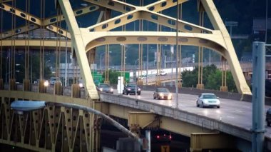 Traffic passes over the Fort Duquesne Bridge on a late Summer evening. — Stock Video