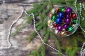木製の背景にカラフルなクリスマス ボール — ストック写真