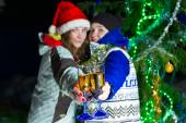 Two girls with Christmas champagne outdoors — Stock fotografie