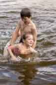 Chlapeček učí svou malou sestru plavat — Stock fotografie