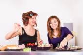 Zwei junge hübsche Frau Hausfrau mit Lockenwickler auf Haar Kochen — Stockfoto