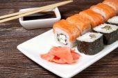 Sushi assortiment op witte schotel — Stockfoto