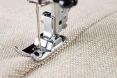 缝纫机的脚和服装项目 — 图库照片