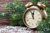 Vánoční hodiny a jedlové větve — Stock fotografie