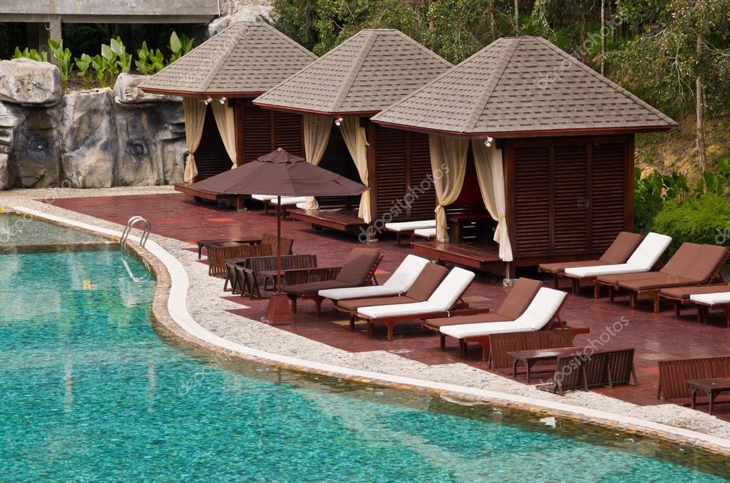 Hermosa piscina, silla y cabaña en complejo tropical — foto de ...