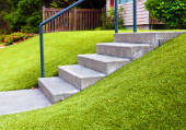 Walk way with perfect grass landscaping with artificial grass in residential area — Photo