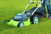 Man cutting the grass with lawn mower — Stock Photo