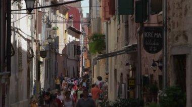Pedestrians walking in the narrow street — Stock Video