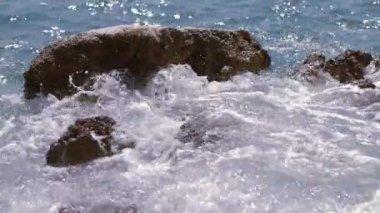 Waves hitting the rocky coastline — Stock Video