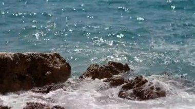 Waves splashing the rocky coastline — Stock Video