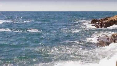 Waves hitting the coastline — Stock Video