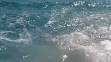 Waves hitting the coastline — 图库视频影像