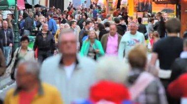 People visiting the annual funfair in Hoorn — Stock Video