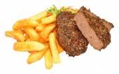 Drsnokřídlec hovězí grilování steaků a čipy jídlo — Stock fotografie