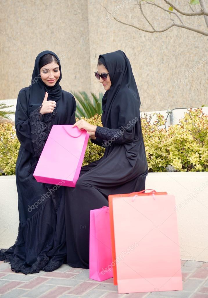 emirati arabische frauen kommen aus einkaufen stockfoto naufalmq 102429334. Black Bedroom Furniture Sets. Home Design Ideas