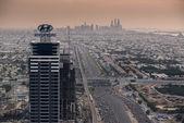 DUBAI, UAE - NOV 15: Busy Sheikh Zayed Road in the evening November 15,2014 in Dubai, UAE — Stockfoto