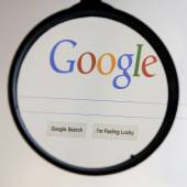 THAILAND - SEPTEMBER 2, 2014: Magnifying glass of Google search — Stock Photo