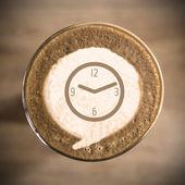 每天的拿铁咖啡艺术早上的时间观 — 图库照片