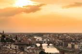 Вид заката на мост Понте Веккьо. Флоренция, Италия — Стоковое фото