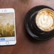 CHIANG MAI, THAILAND - APRIL 22, 2015: Log in page Twitter application using Apple iPhone 6 in coffee shop. Twitter is largest and most popular social networking site in the world. — Stock Photo #77120761