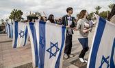 Israeli youth groups with Israeli flags — Stock Photo