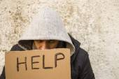 Young guy with cardboard sign seeking help — Stock Photo