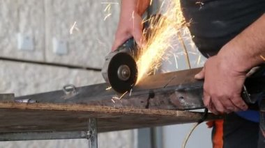 Factory Worker Using Grinder To Cut Metal — Stock Video