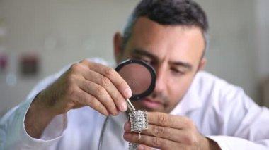 Jeweler inlay diamond bracelet — Stock Video