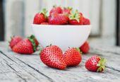 Rijp rood aardbeien op houten tafel — Stockfoto