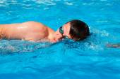 Man swimmer swimming crawl in blue water — Stock Photo