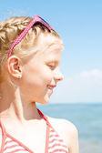 Meisje met gesloten ogen lacht om sunligh — Stockfoto