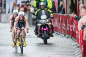 Alistair Brownlee leading before his brother Jonathan on the wet — Stock Photo
