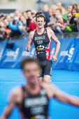 Alistair Brownlee sees brother Jonathan cross the finish line an — Stock Photo