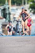 Sarah Groff from USA running in the transition area to the cycli — Photo