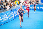 Renee Tomlin from USA running to the finish line in the Womens I — Stock Photo