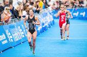 Simone Ackermann from New Zeeland running to the finish line in  — Stock Photo