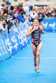 Happy winner Sarah Groff from USA before the finish line in the  — Stock Photo