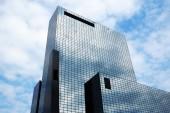 Edificio con facciata in vetro per uffici — Foto Stock