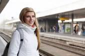 Jeune femme attendant le train — Photo